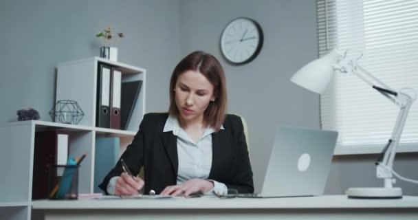 Zmuchlané kousky papíru. Dělnice, která házela zmačkaný papír, nervově se hroutila v práci, křičela vzteky, zvládala stres. Podnikatelka trhání smlouvy v kusech.