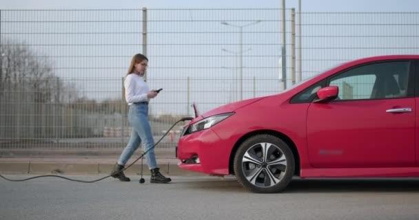 Konec procesu natankování elektromobilu. Nabíjecí stanice elektrických vozidel.