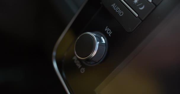 Stiskněte tlačítko audio auta.Řidič se otočil k rádiu. Nastavení hlasitosti reproduktoru s prsty pro poslech hudby