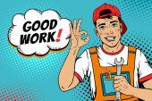 Wow Pop-Art-Arbeitergesicht. junger gutaussehender Mann in Overalls und Baseballkappe lächelt, zeigt Okay-Zeichen, hält Schraubenschlüssel und gute Arbeit! Sprechblase. Vektorillustration im Retro-Comic-Pop-Art-Stil.