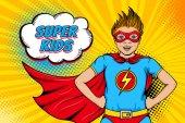 Fotografie Wow-Gesicht. niedlich überrascht kleiner Junge gekleidet wie Superheld mit offenem Mund zeigt seine Macht und Super-Kinder Sprechblase. Vektorillustration im Retro-Pop-Art-Comic-Stil. Einladungsplakat der Partei.