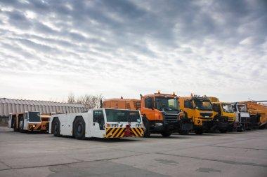 Çekici traktör ve havaalanında temizlik kamyon