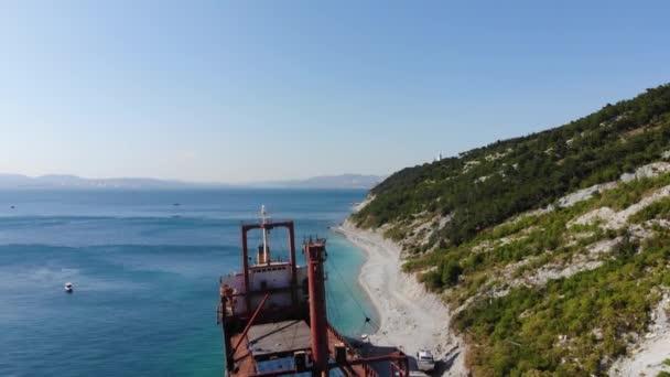 loď na skalnatém pobřeží