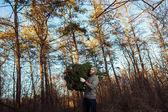Fiatal férfi a fa caryying-karácsonyfa