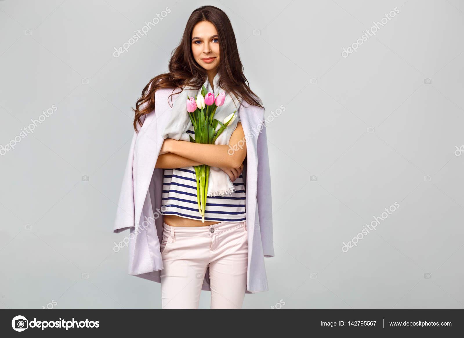 Con Joven Mano Una Foto Moda De En Su Hermosa Mujer Tulipanes nvXwYHqw