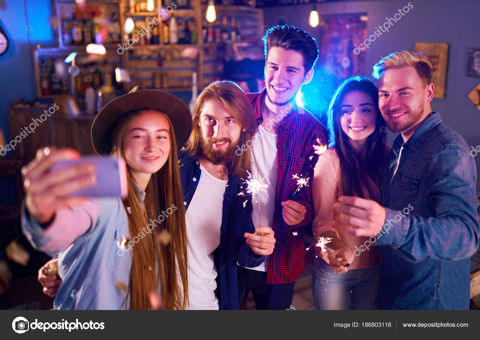 Selfie Time Young Grupo Amigos Fiesta Una Discoteca Bebidas Tostado ...