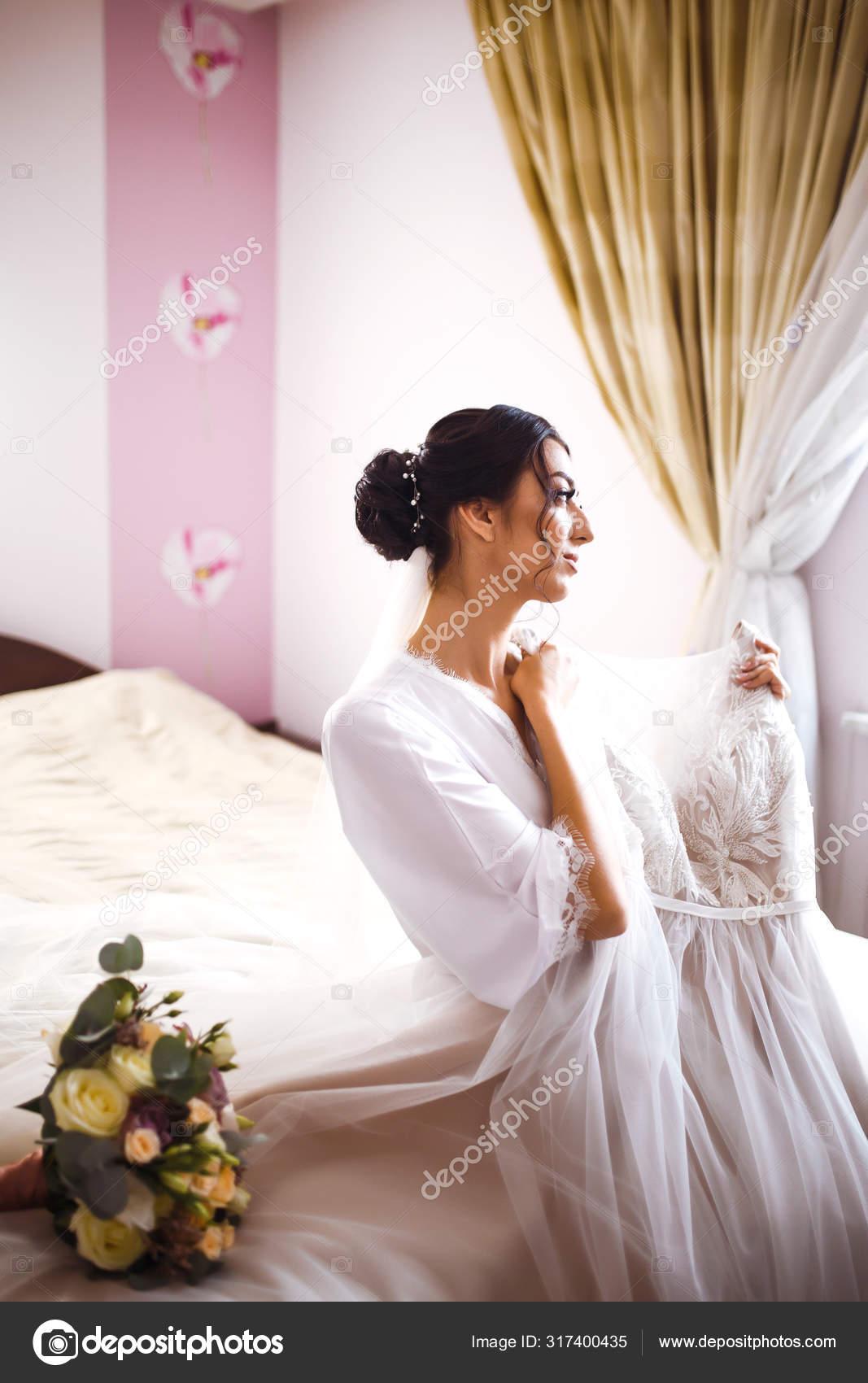 Morning Beautiful Bride Wedding Dress Bride White Robe Holds