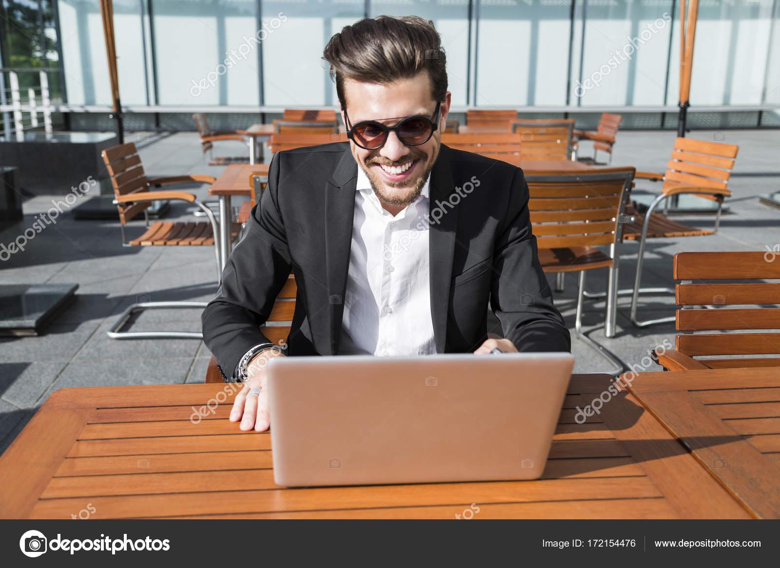 e al in vestito o d'affari maschio nero lavoratore tavolo Uomo w0qzgz