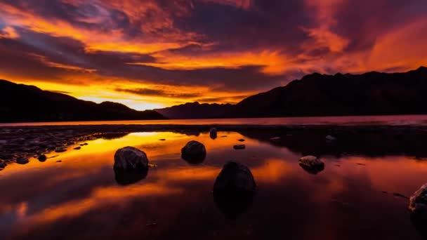 Červená žlutá mraky nad jezero v horách Nového Zélandu