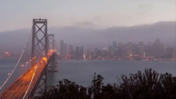 Golden Gate Bridge in San Francisco. Sonnenuntergang bei bewölktem Wetter.