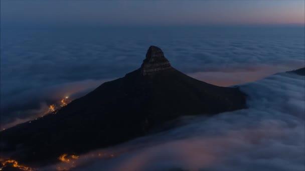 Tlusté šedé mraky sestoupil do Kapského města. Večerní pohled na město je pokryta hustými mraky
