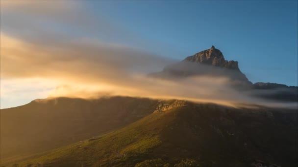 Kapské město, plovoucí mraky v horách. na silnici v horách