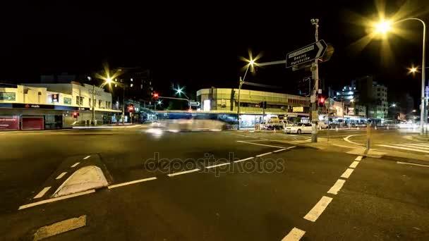 kruispunt sydney auto rit met opgenomen verkeerslichten machine verlichting wordt beheerst door de wegkant groeiende groene