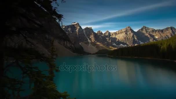 Mountain View při východu slunce. Slunce a jeho paprsky osvětlují horu. Předtím, než hora je jezero s hladkým povrchem
