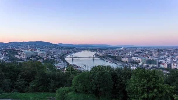 Budapest látkép a tengerszint feletti magasság. Növekvő magas, zöld fák. Napsütés. Tiszta, kék ég. A város gyönyörű építészeti borítja