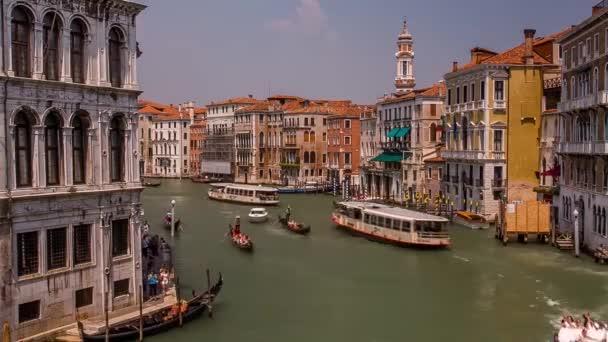 Ansicht von schwimmenden weißen Schiffe und Gondeln in Venedig. Schönen, historischen Venedig. Sonnige, warme Wetter. Blauen, klaren Himmel