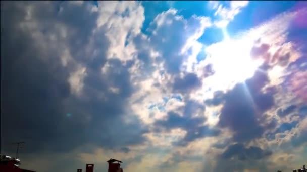 Zatažené obloze nad Ankara. Obloha, plovoucí bílé a šedé mraky