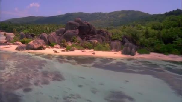 Sziklás part Új-Zéland. Nézd a tengerparton, homokos strand, ami bemegy nagy kő sziklák