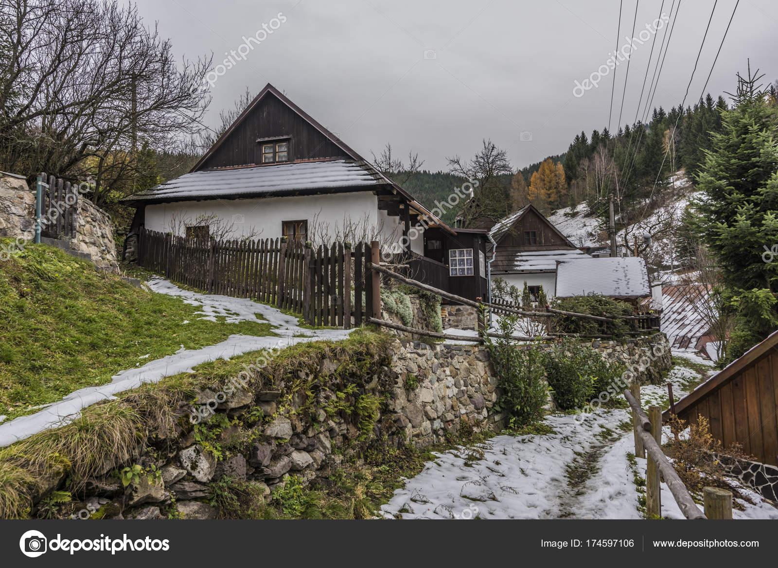 e6629c84f45 ΣΠΑΝΙΑ Dolina χωριό στο σκοτεινό κρύα ημέρα του φθινοπώρου ...