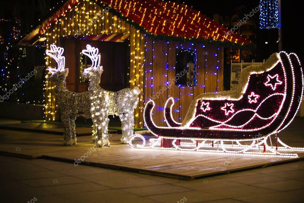 kerstversiering rendier en slee kerstverlichting kerstnacht fel verlicht slee met twee herten