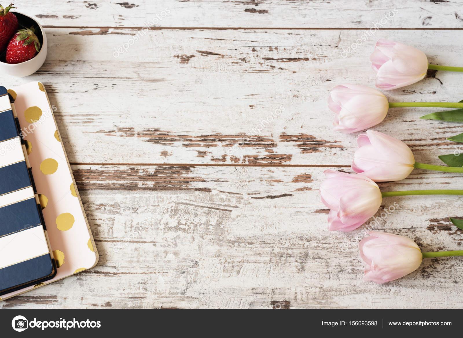 Impresionante rosa tulipanes, cuadernos de raya y fresas sobre fondo ...