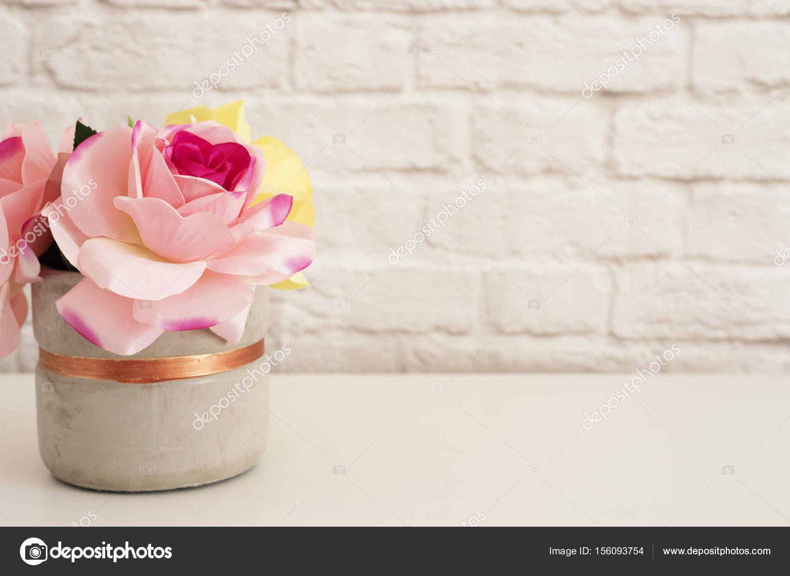 Roses roses maquette style de photographie mur de brique produit