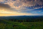 Bohatý ranní východ slunce v šumavské horské