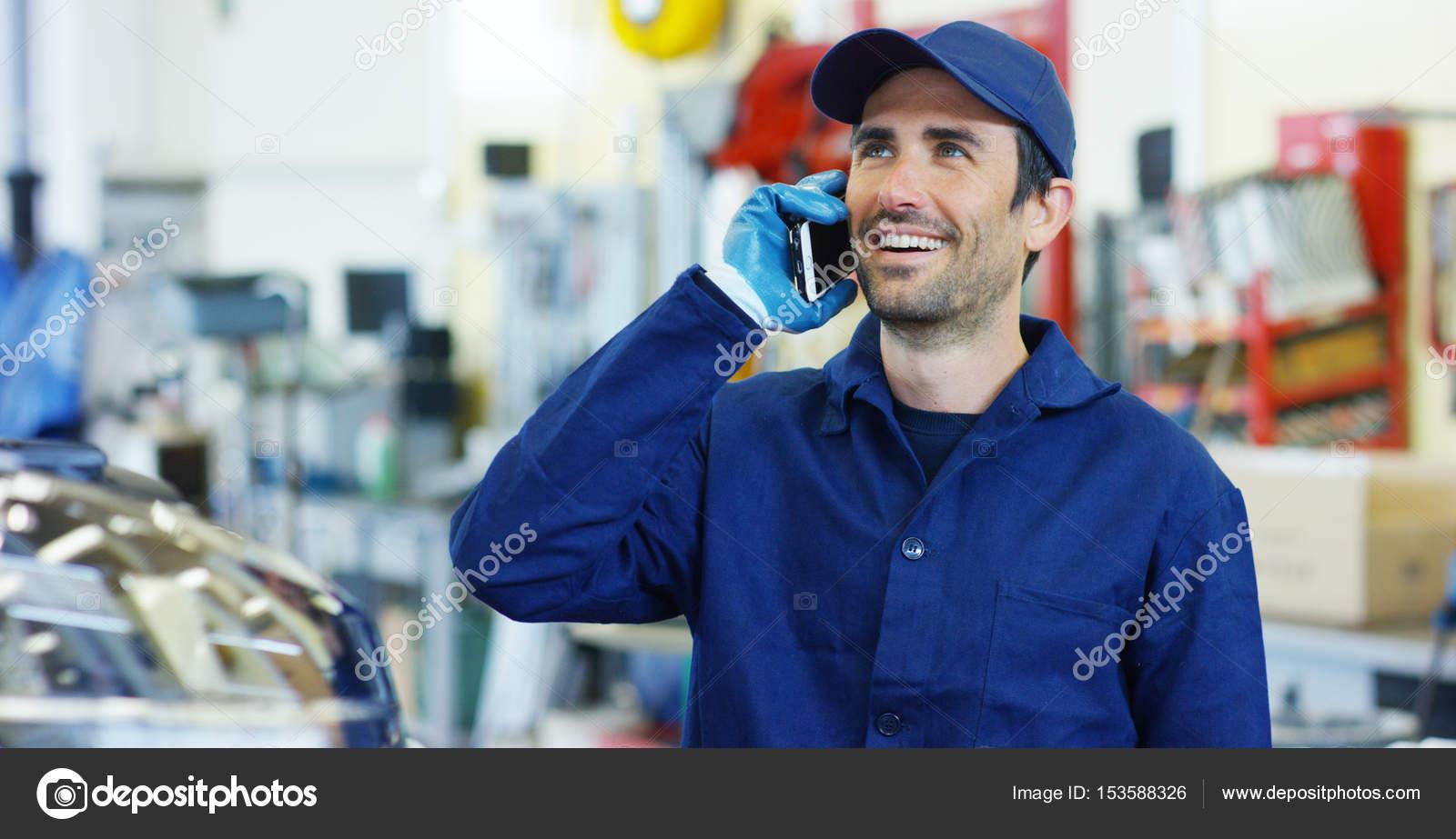 Assistent-Mechaniker fordert Kunden Kommunikation, im