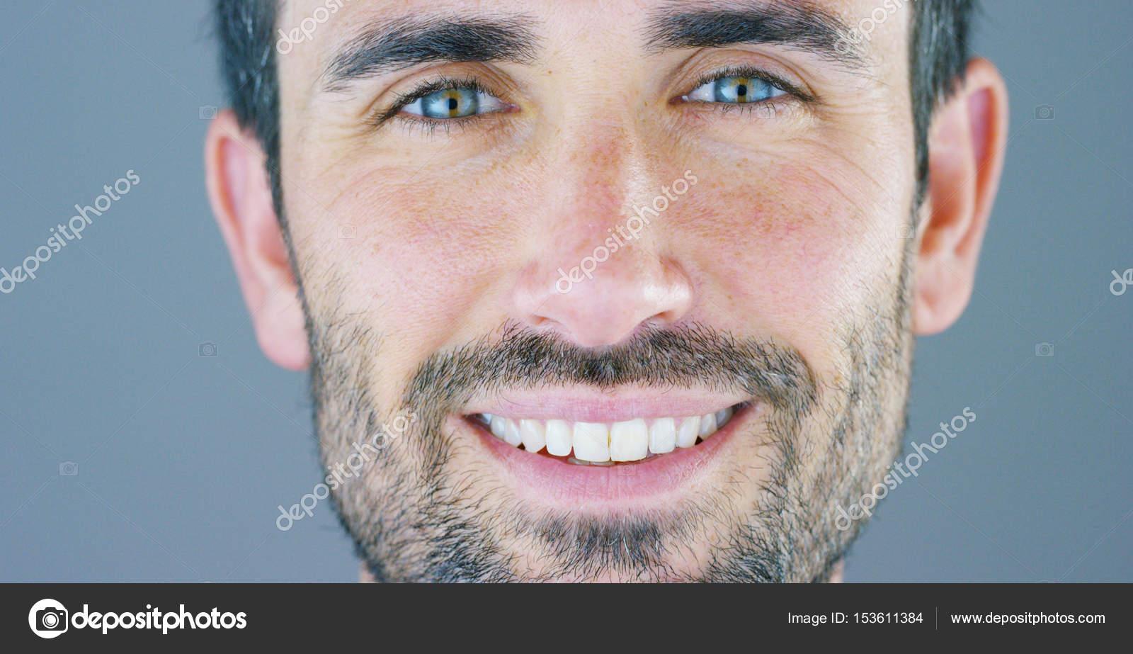 Ein schönes Porträt von Mann lächelt und strahlt seine
