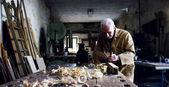 v staré tesařské starší funkční dřevo s tradičními nástroji, například hoblík a viděl