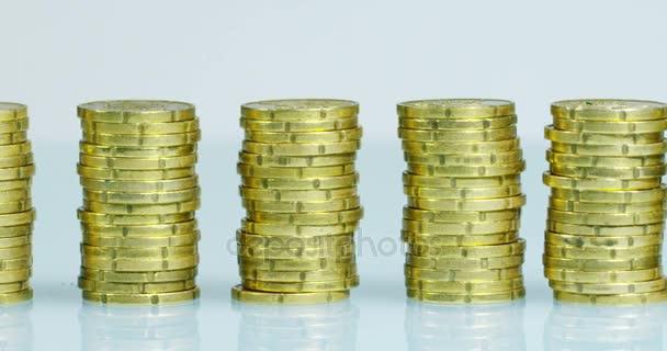 Podnikatel v obleku a kravatě má před sebou mnoho hromady zlatých mincí. Podnikatel se počítá a pozorně sledovat peníze. Koncept: investiční banky, burzy, důchody a úvěry na míru