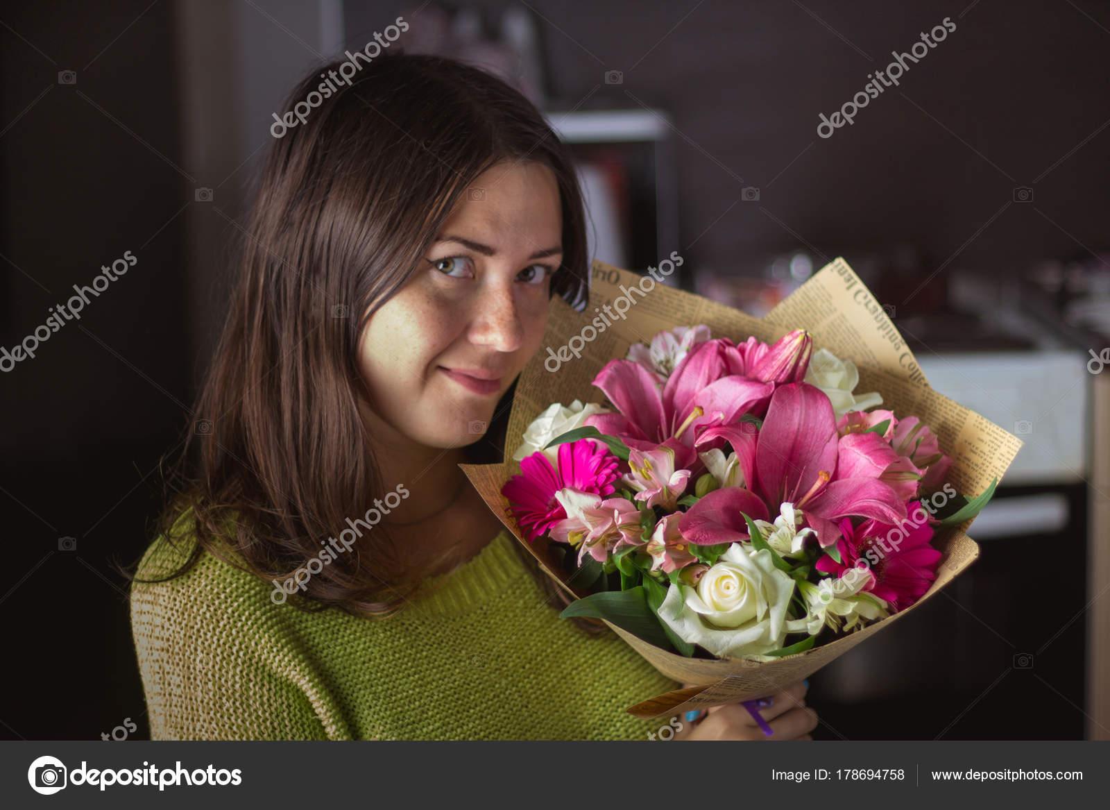 Фото девушка с букетом белых роз — 14