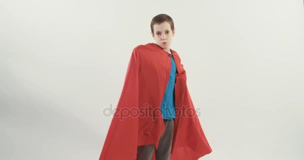 Fiatal fiú a superman köpeny