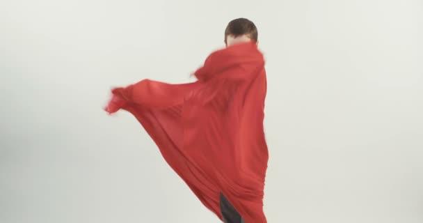 Giovane ragazzo con un mantello di superman