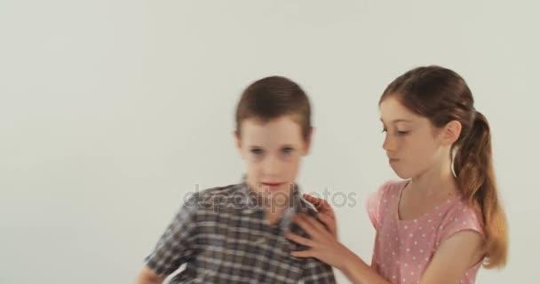 Malý chlapec a dívka bojuje