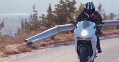 Muž řídil sportovní motocykl
