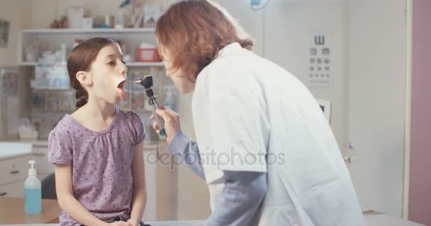 Ženský lékař provádějící inspectio