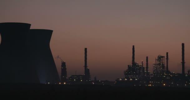 Velké ropné rafinérie silueta proti východu slunce.