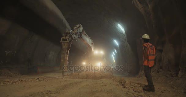 Stavební dělníci uvnitř velkého tunelu ve výstavbě