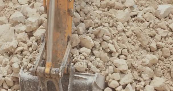 Schweres Baugerät bei der Arbeit auf einer großen Autobahnbaustelle
