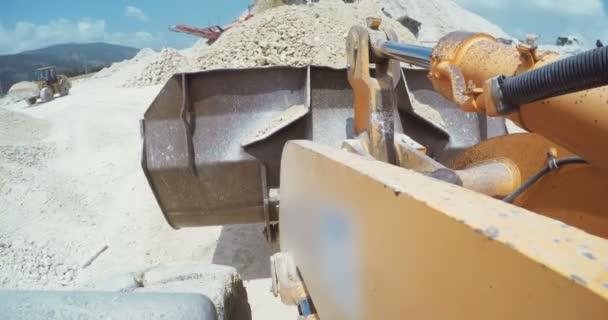 Großlader arbeitet in einer großen Autobahnbaustelle