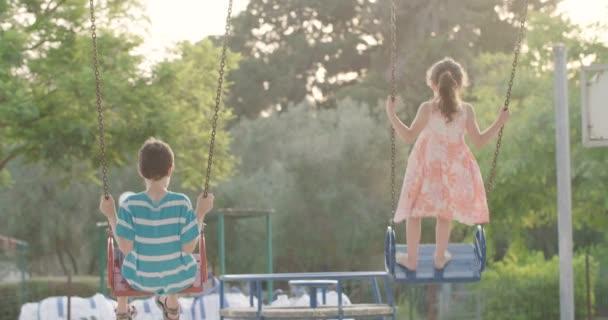 děti houpání na houpačce