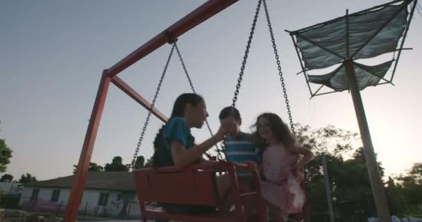 šťastné děti houpání na houpačce
