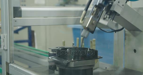 Stroj v řádku výroby dílů pro automobilový průmysl