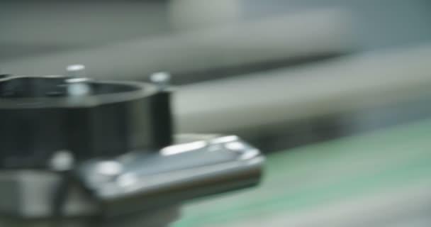 Detailní záběr z výrobní linky pro díly pro automobilový průmysl