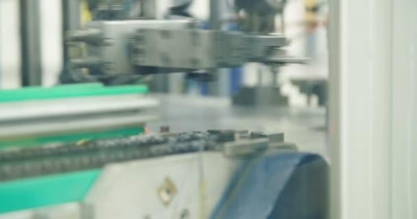 Robotické rameno v řádku výroby dílů pro automobilový průmysl