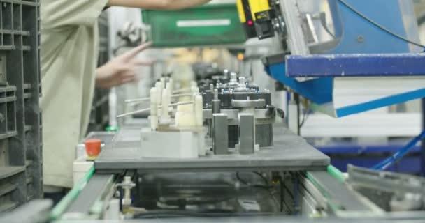 Pracovník výrobní linky dílů pro automobilový průmysl