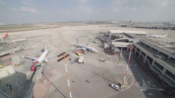 Timelapse z letadla odlétající a přilétající do letištního terminálu