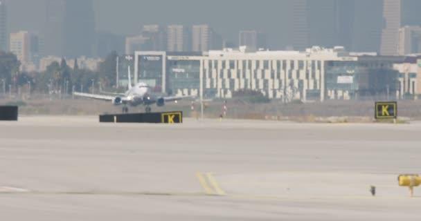 Letadla přistávají na letišti v pomalém pohybu