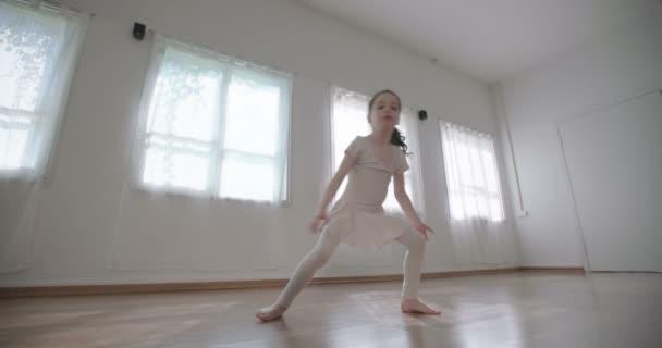 Malá holčička tančí sám ve studiu
